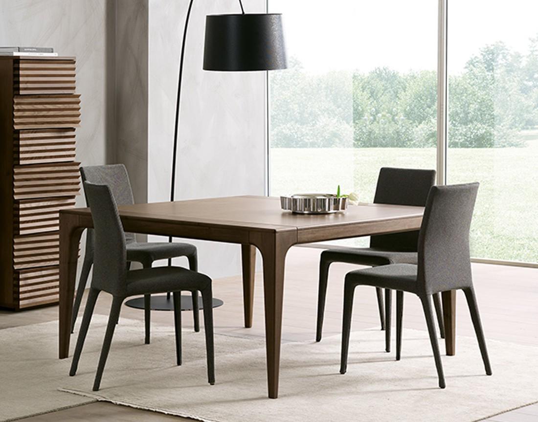 Fashion:  tavolo da pranzo quadrato piano legno, in ambiente moderno, made in Italy  | Fashion: square dining table with wooden top, in a modern setting, made in Italy