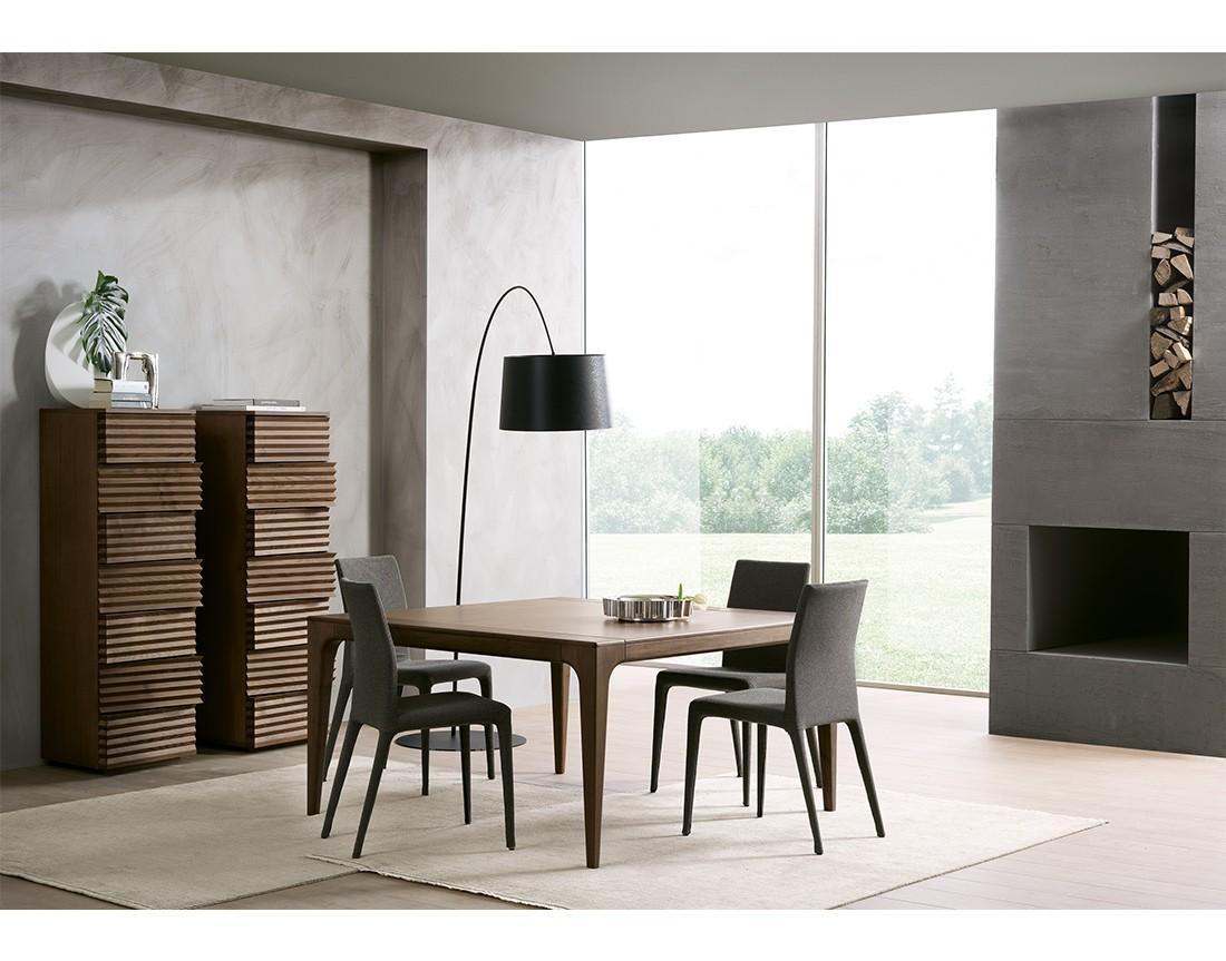 fashion,tavolo quadrato piano legno in ambiente moderno