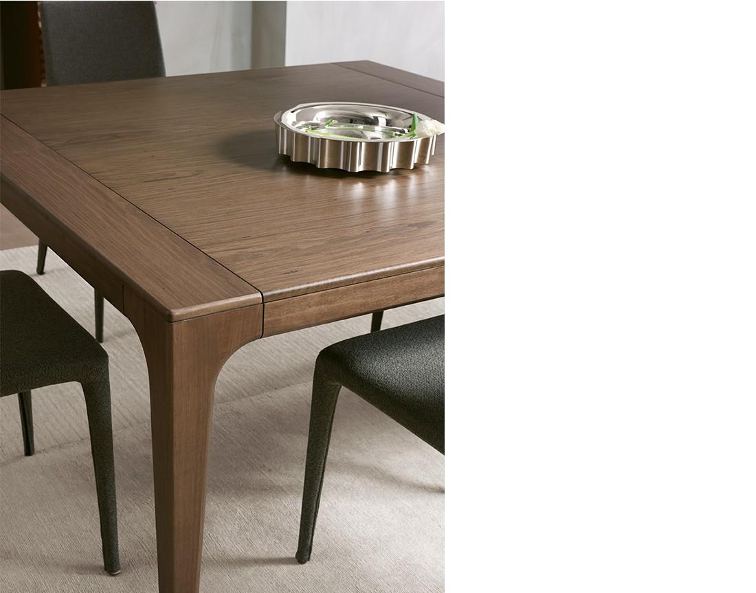 Fashion:  tavolo da pranzo quadrato piano legno, dettaglio  | Fashion: square dining table with wooden top, detail