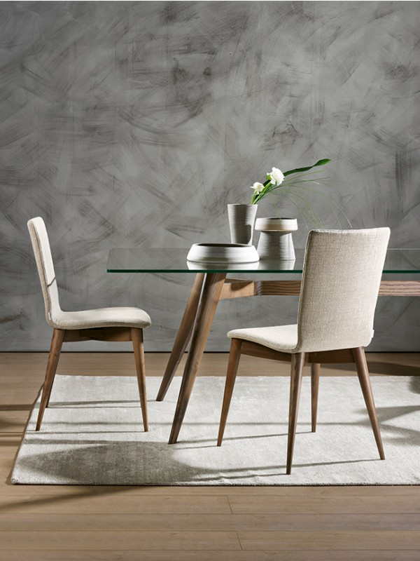 Ambra: sedia da soggiorno imbottita con struttura in legno massello e scocca curvata   modern upholstered dining chair, with solid wood structure with curved and upholstered shell