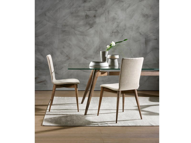 Ambra: sedia da soggiorno imbottita con struttura in legno massello e scocca curvata | modern upholstered dining chair, with solid wood structure with curved and upholstered shell