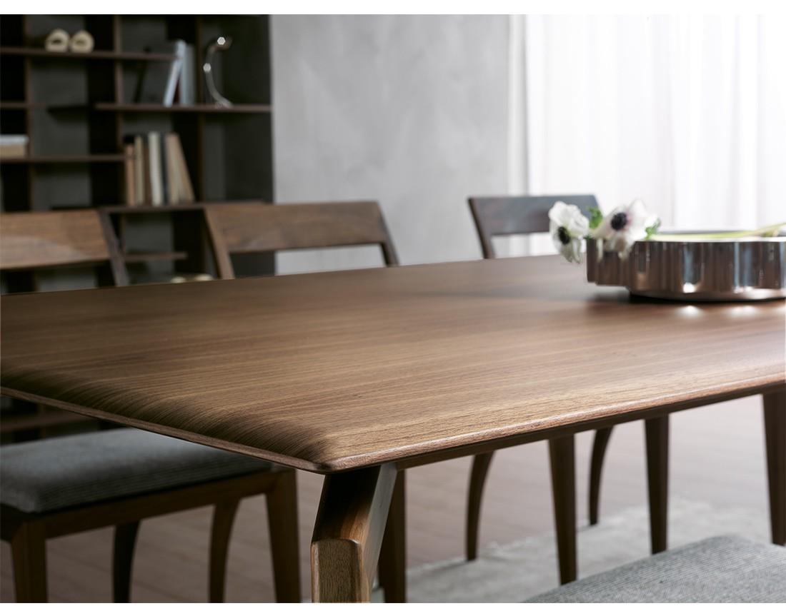 Hope: tavolo da pranzo rettangolare piano legno in ambiente moderno, dettaglio piano| Hope: rectangular dining table with wooden top in a modern living, top detail