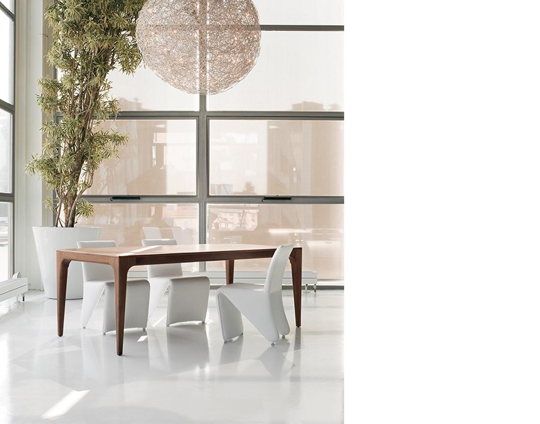 Fashion:  tavolo da pranzopiano legno in ambiente moderno  | Fashion: wooden dining table in a modern living