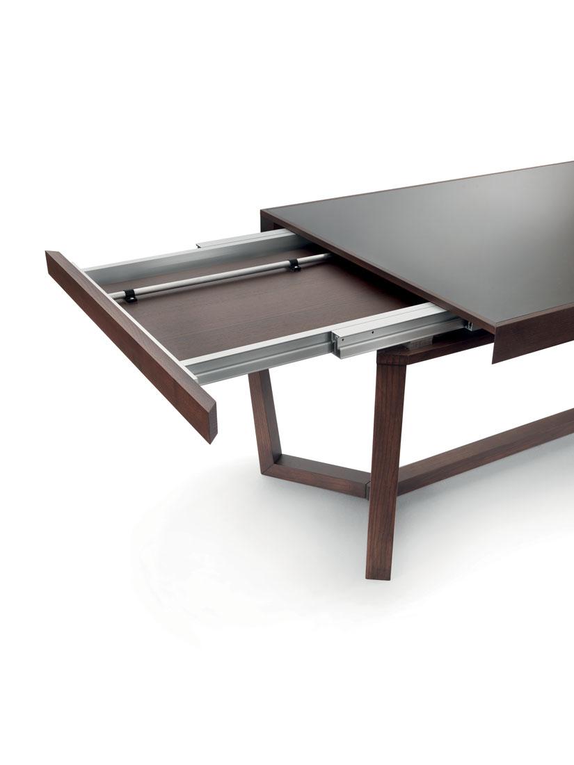 Aliante: dettaglio di tavolo da pranzo allungabile con piano in marmo, legno o vetro / Aliante: detail of extensible dining table with top in marble, wood or glass