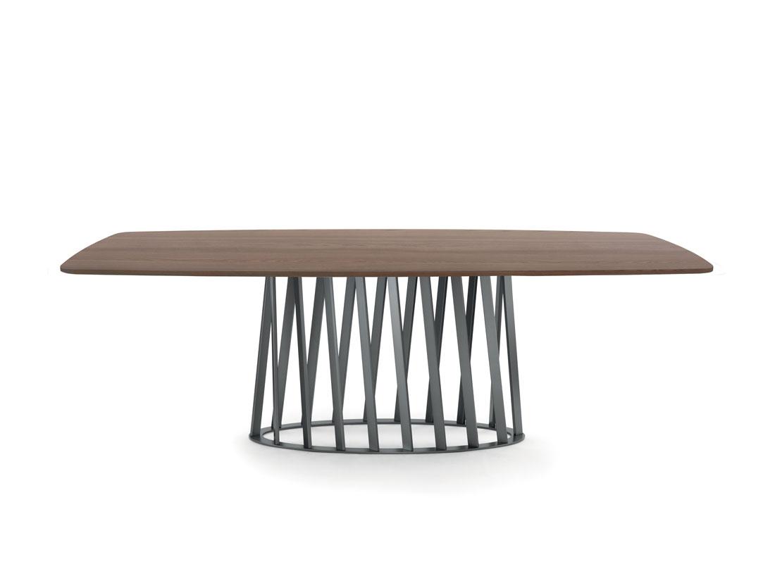 Cosmo: tavolo da pranzo con struttura in metallo verniciato e piano in legno / Cosmo: dining table with painted metal frame and wooden top