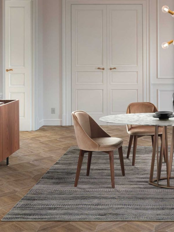 Amy: sedia imbottita in legno in ambiente moderno   Amy: upholstered wooden chair in a modern setting