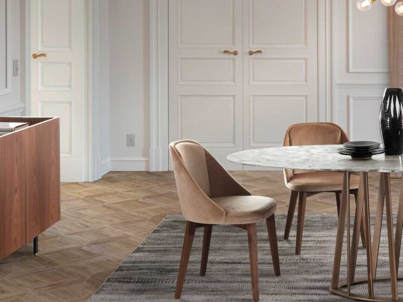 Amy: sedia imbottita in legno in ambiente moderno | Amy: upholstered wooden chair in a modern setting