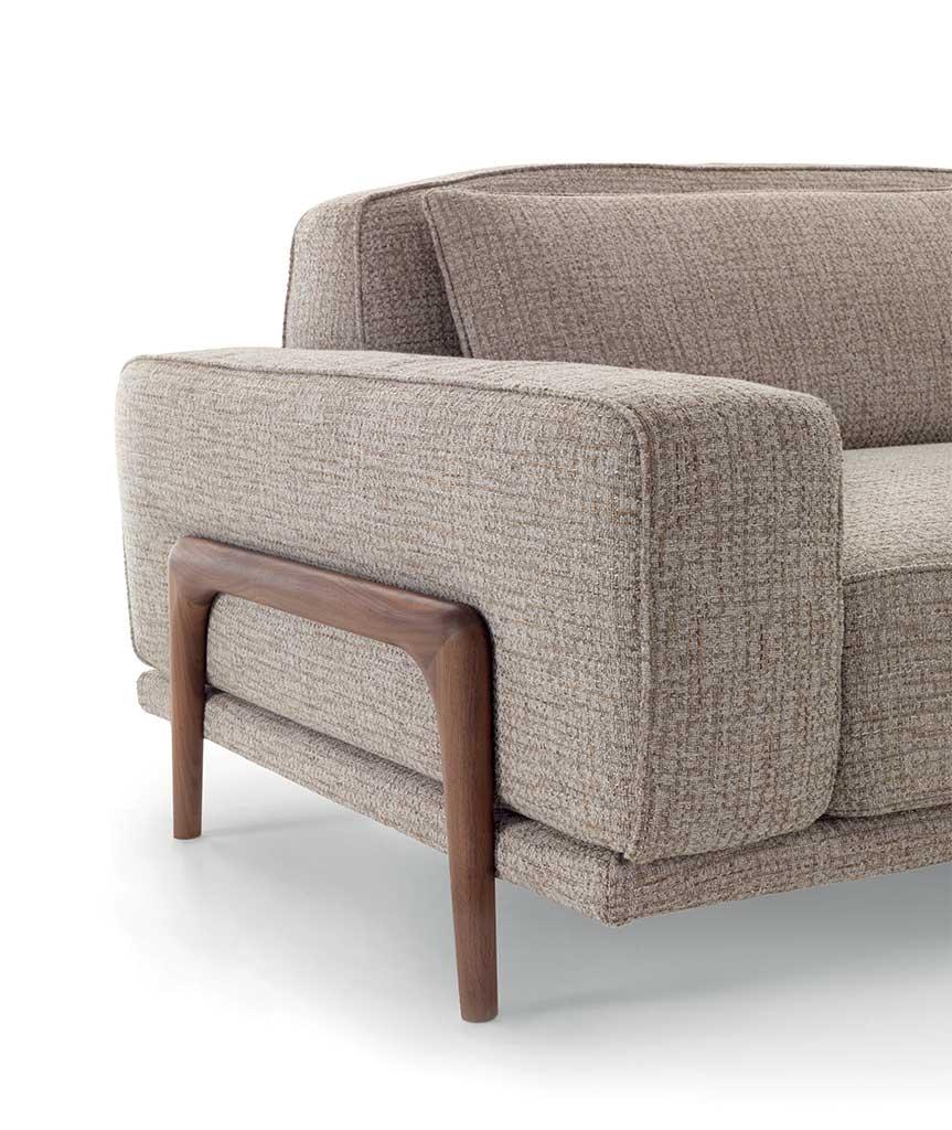 Costanza: divano modulare dettaglio bracciolo in legno   Costanza: modular sofa with wooden armrest detail