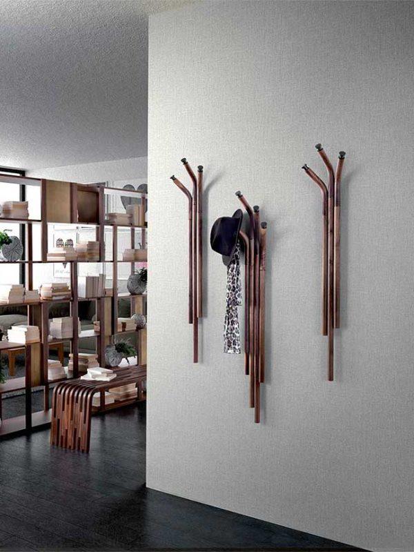 Mikado-elementi-appendiabiti-in-noce-canaletto-con-dettagli-in-metallo-verniciato-titanio | Mikado-coat-stand-elements-in-canaletto-walnut-with-details-in-titanium-painted-metal